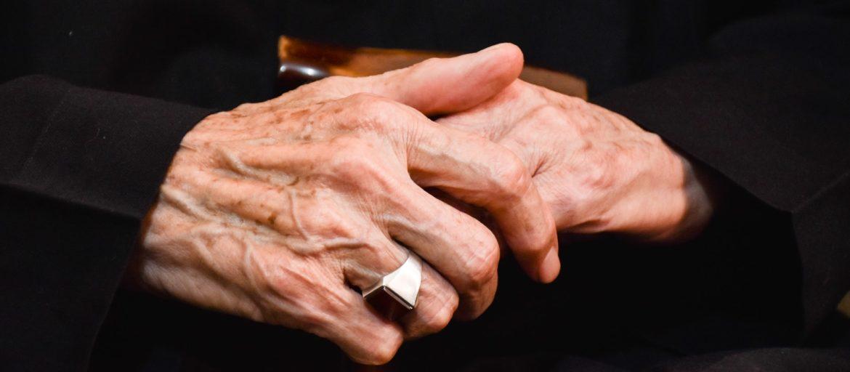 mani anziane - anziani -
