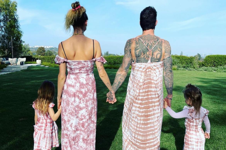 Adam Levine si veste come le figlie