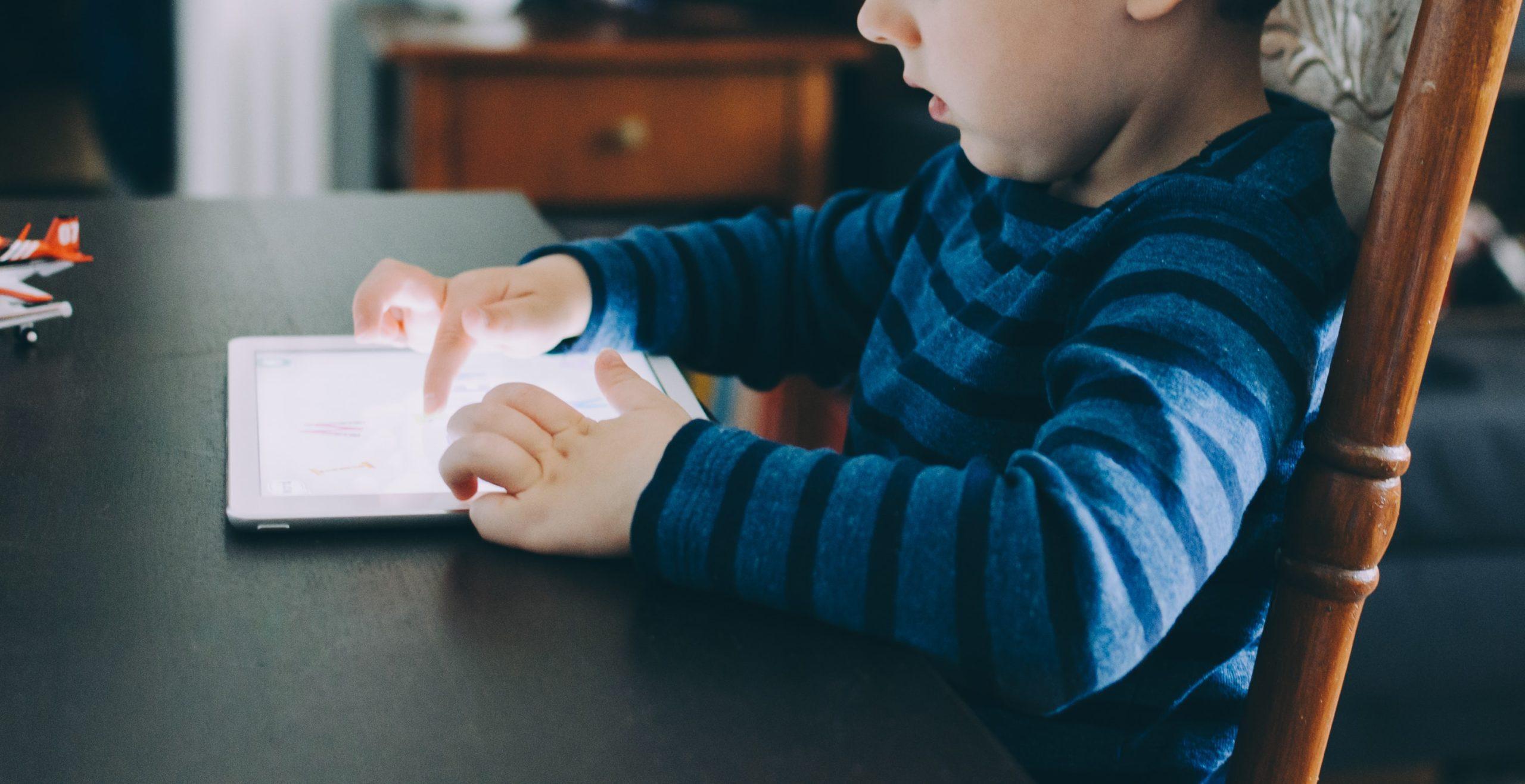 Proposta di legge che vieta lo smartphone per i bambini
