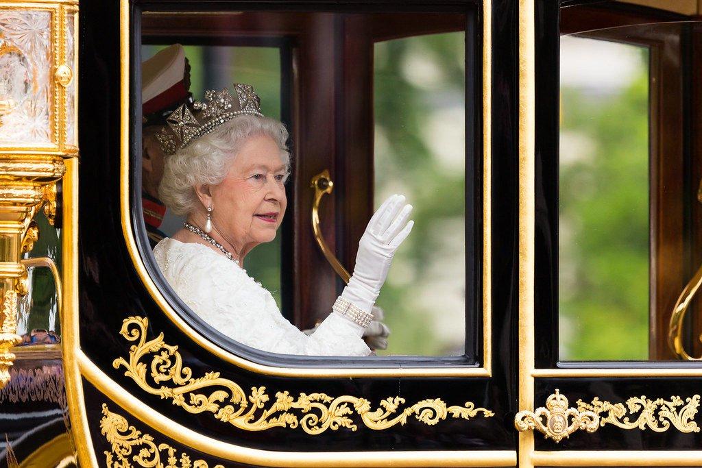 La prima uscita della regina Elisabetta