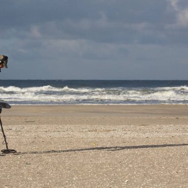 Un volontario cerca per tre giorni l'anello disperso in mare a Rimini da una turista milanese con un metal detector