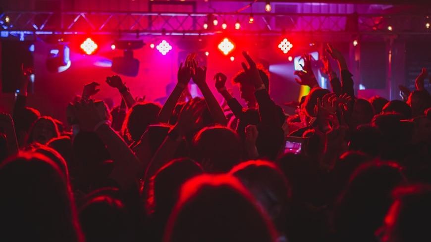 Ragazzi ballano in discoteca